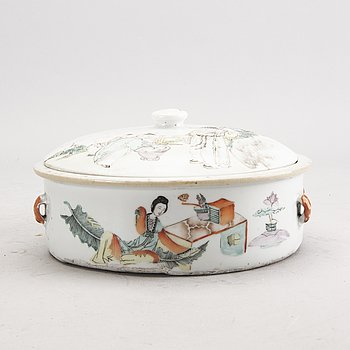A Chinese porcelain 19th century dish.