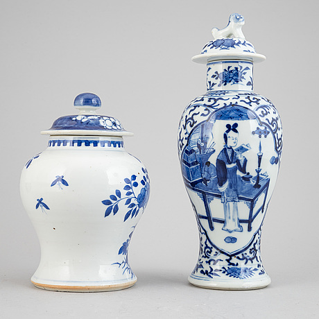 A pair of chinese blue and white vases, late qing dynasty, late 19th century and 20th century.