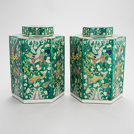 A pair of chinese porcelain urns with lids, modern manufacturing.