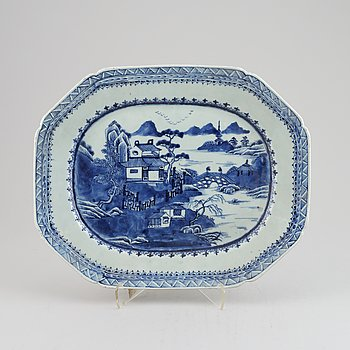 A Chinese blue and white serving dish, Qing dynasty, Qianlong (1736-1795).