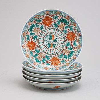 A set of five Chinese porcelain plates, 20th century.