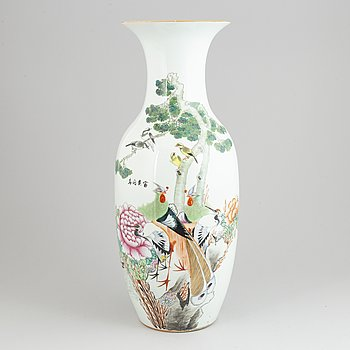 A large Chinese porcelain vase, early 20th century.