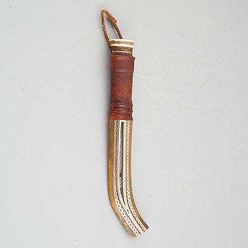 Sune Enoksson, a reindeer horn Sami knife, signed and dated 1977.