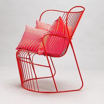 """Björn Dahlström, fåtölj, """"Kaskad"""" för Nola Design Furniture, med tre plymåer, """"Vågsvall"""" för Marimekko."""