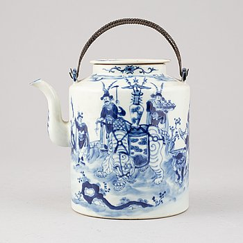 A Qing dynasti porcelain tea pot, China, 19th century.