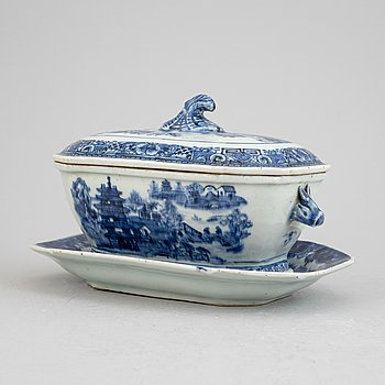 A Chinese blue and white porcelain butter terrine with lid and dish, Qing Dynasty, Qianlong (1736-1795).