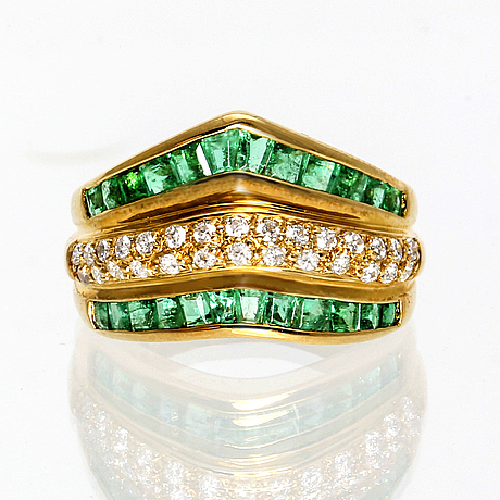 Ring 18k guld smaragder och briljanter ca 0,30 ct totalt.
