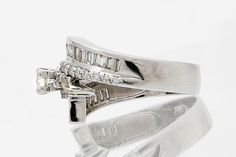 Ring 18k whitegold briliant and bguette-cut diamonds approx 1,20 ct in total.