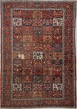 Carpet, semi-antique, Bachtiari, ca 569 x 323 cm.