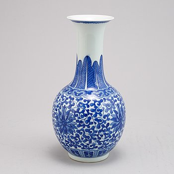 A Chinese blue and white porcelain vase, 20th century.