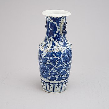A Chinese blue and white porcelain vase, Qing dynasty, 19th century.