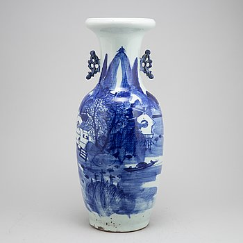 A Chinese porcelain vase, late Qing dynasty, 19th century.
