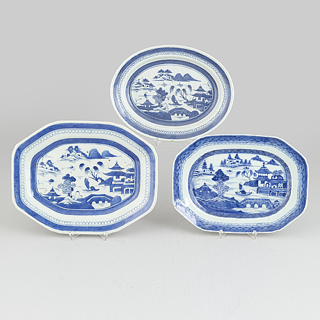 Three chinese porcelain dishes, qing dynasty, jiaqing (1796-1820).
