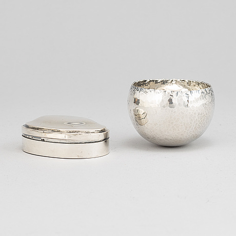A ray urban silver tumbler and a 20th century parcel-gilt silver snuff box, with swedish import marks.
