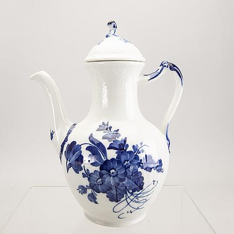 A 39 pcs blå blomst royal copenhagen servíce later part of the 20th century.