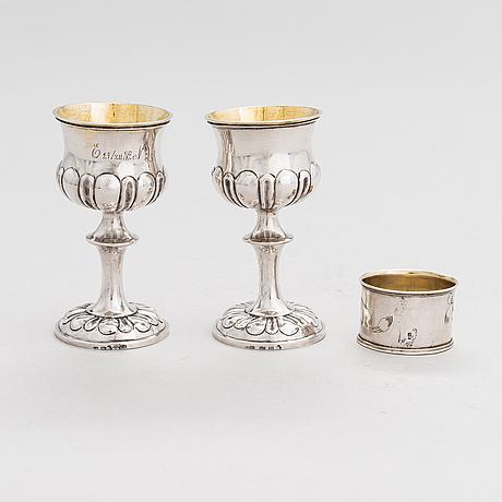 Bägare, ett par, johan winqvist, helsingfors 1854, och servettring, gerasim afanasjev, moskva 1908-17.