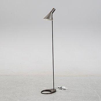 """Arne Jacobsen, golvlampa, """"AJ"""", Louis Poulsen / på licens av Axel Annell."""