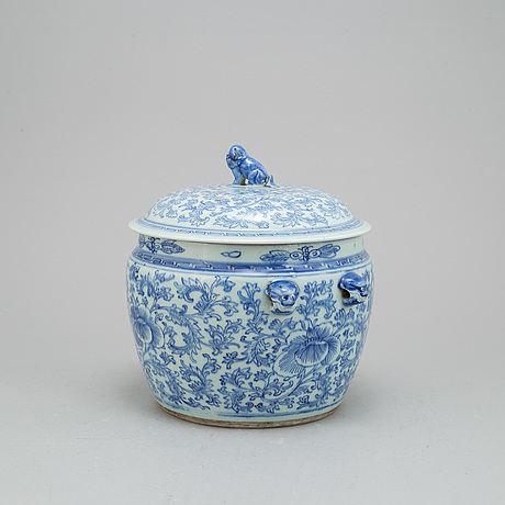 A chinese blue and white porcelain food container with lid, qing dynasty, 19th century.