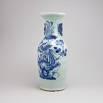A large Chinese porcelain vase, late Qing dynasty, around the year 1900.