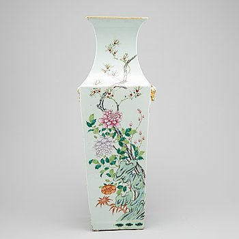 A large Chinese porcelain vase, around the year 1900.