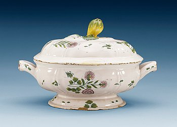 1394. A faience tureen with cover, unmarked, 18th Century.