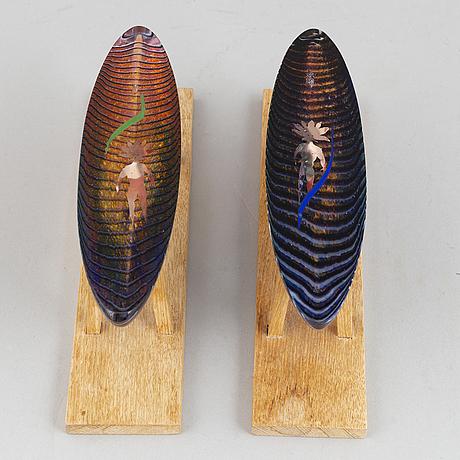 Bertil vallien, skulpturer, glas, 2 st, kosta boda, signerad och daterad 1995.