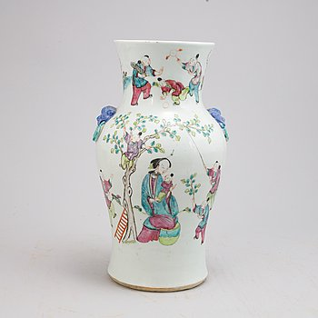 A Chinese porcelain vase, early 20th century.