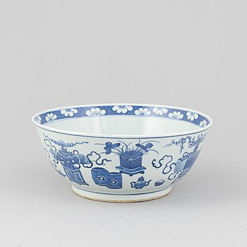 A porcelain punch bowl, China, 19th century.