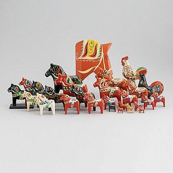 Dalahästar, samt dalatuppar, 27 stycken, 1900-talets mitt samt 1900-talets senare del.