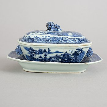 A blue and white butter tureen with cover and stand, Qing dynasty, Qianlong (1736-95).
