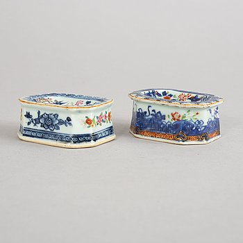 A set of two blue and white and famille rose decorated salts. Qing dynasty, Qianlong (1736-95).