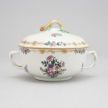 A famille rose equelle with cover, Qing dynasty, Qianlong (1736-95).