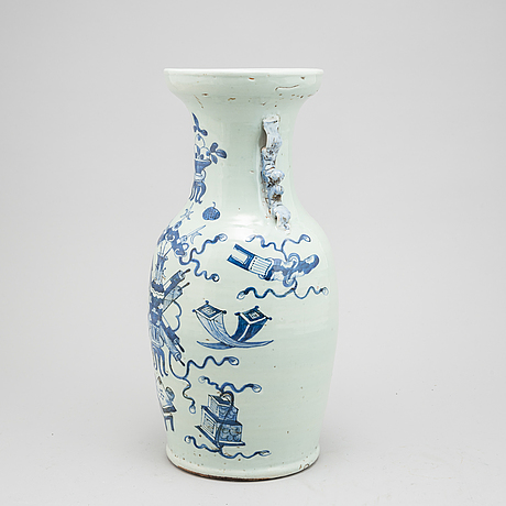 A chinese porcelain vase, qing dynasty, 19th century.
