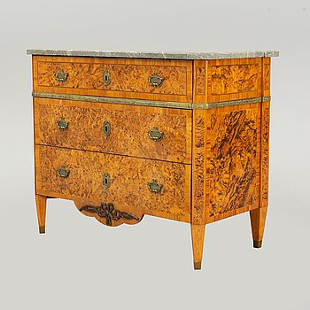 A alder root veneered chest of drawers, late 18th Century.
