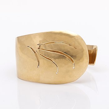 Elon Arenhill bangle 18K gold, 57,0 g, Malmö 1998, inner circumference approx 20 cm and widest part apprx 4 cm.