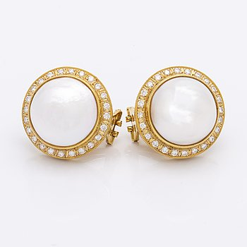 Earrings 18K gold with 2 mabé pearls approx 15 mm and brilliant-cut diamonds approx 1 ct in total, clip and pin fitting.