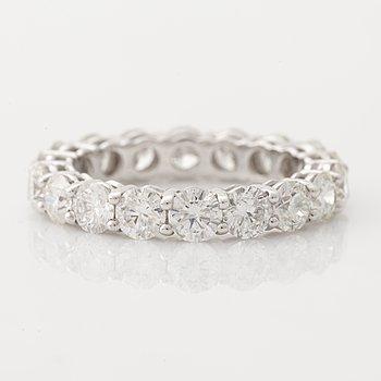 Helalliansring med briljantslipade diamanter.
