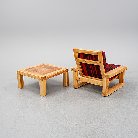 A pine 'patron' lounge chair and table by christer lundén, designed 1974.