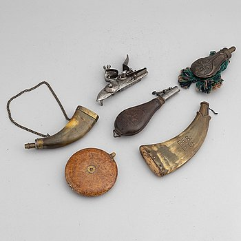 A lot comprising five powderhorn and flasks, and a flintlock. 18th and 19th Century.