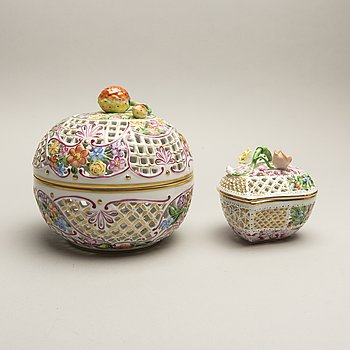 A set of two Herend handpainted porcelain bowls mid 1900s.