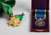 Medalj samt ordenstecken med band, bla silver. 1900-tal.
