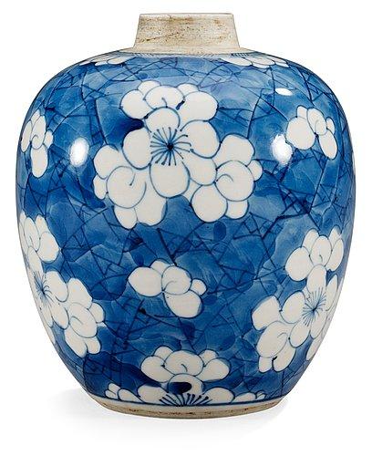 A blue and white jar, qing dynastin, kangxi (1664-1722).