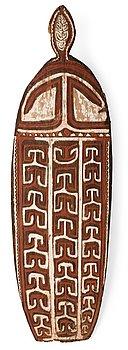 1127. CEREMONISKÖLD. Bemålat trä i rött, brunt och vitt. Asmat-stammen. Nya Guinea, Oceanien, omkring 1950. Höjd 163,5 cm.
