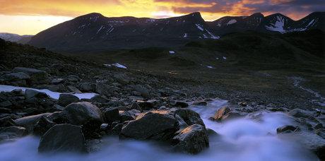 """Fotografi, """"midnatt i dalen alisvággi söder om abisko, juli"""".  ur serien lapplands fjällvärld av claes grundsten. skänkt av konstnären."""