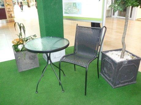 Bord samt två stolar, skänkta av blomsterlandet.