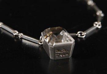 HÄNGSMYCKE, sterling med fasetterad bergkristall. Lund 1959.