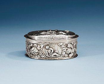 785. A GERMAN SILVER TOILETTE-CASE, Makers mark of Jürgen Richels, Hamburg 1664-1711.