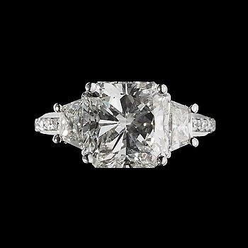 971. A radiant cut diamond ring, 5.01 cts. set witn trapez- and brilliant cut diamonds. Cert. HRD.