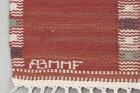 "Matta. ""falurutan, röd"". rölakan (flat weave). signed ab mmf bn (ab märta måås-fjetterström, barbro nilsson)."