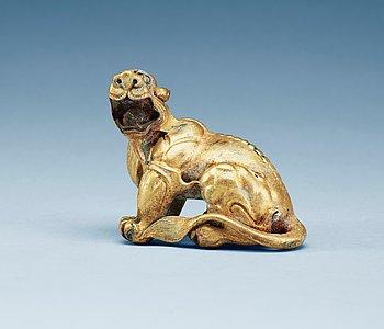 8. FIGURIN, förgylld brons. Ming dynastin (1368-1644).
